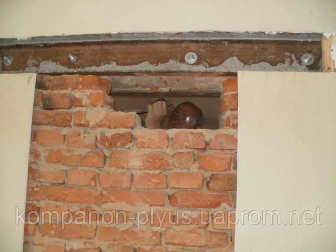 Проемы в кирпичной стене