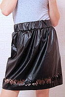 Стильная расклешенная юбка из экокожи с перфорацией