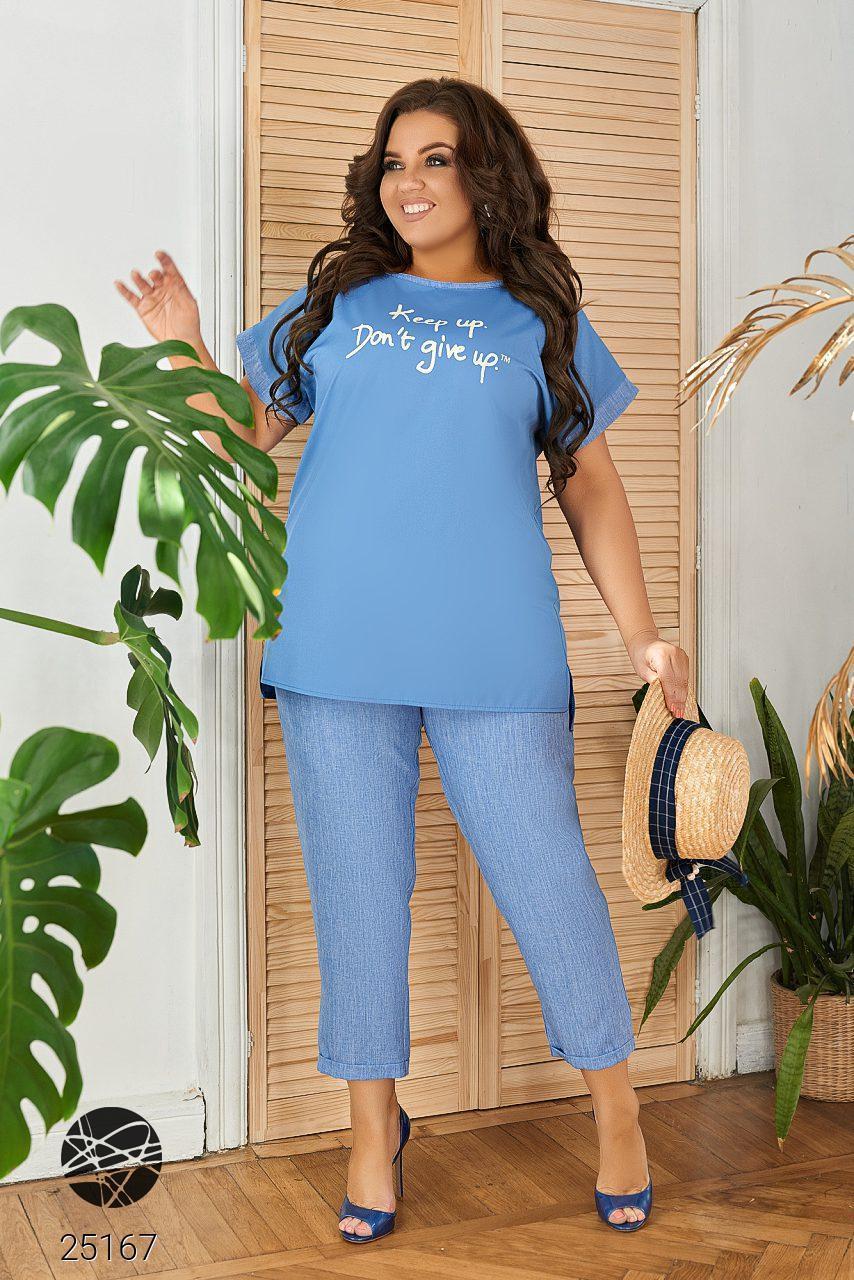 Повседневный костюм из блузы и брюк голубого цвета. Модель 25167