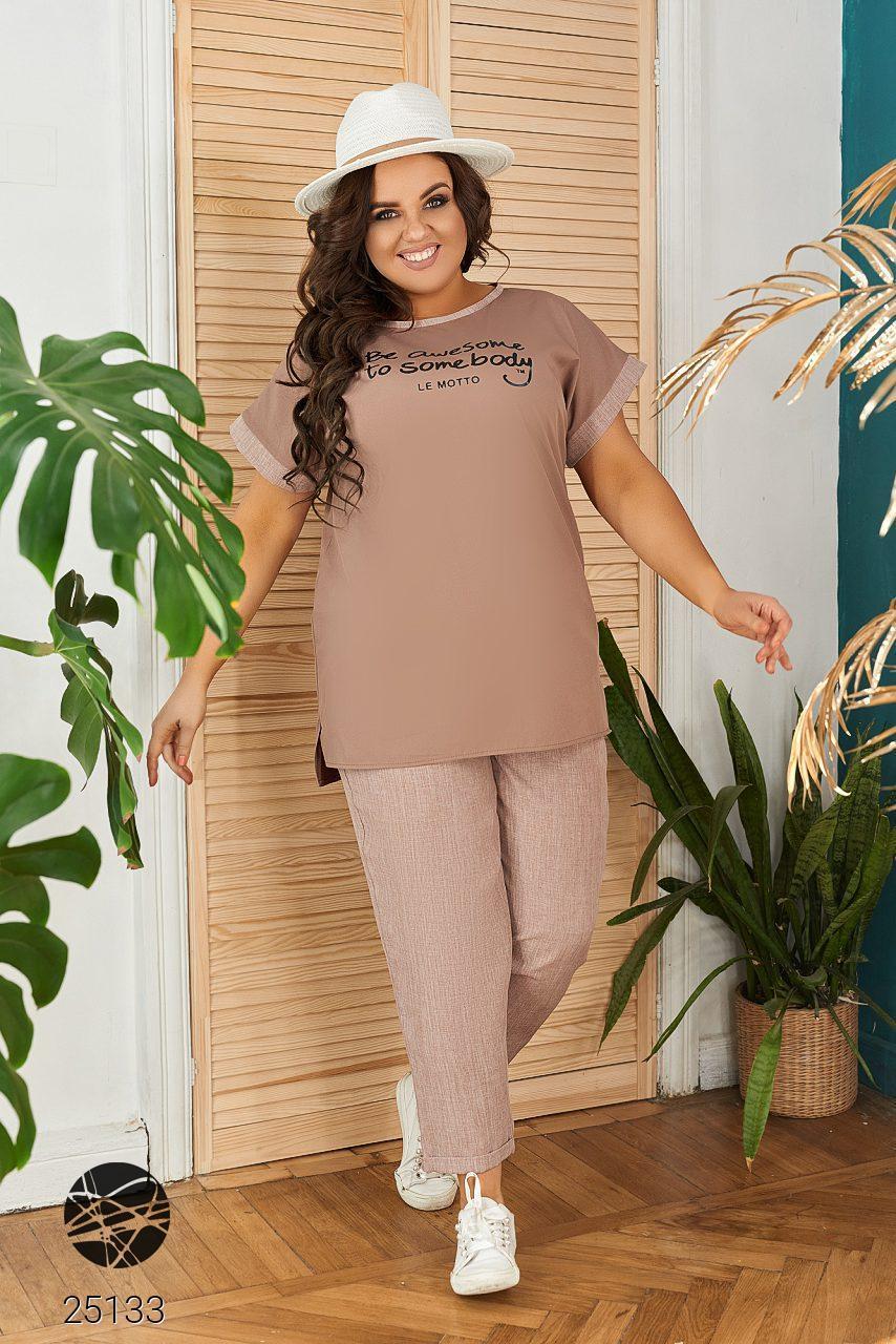 Повседневный костюм из блузы и брюк бежевого цвета. Модель 25133