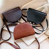 Модная маленькая женская сумка. Сумка седло женская стильная под крокодила. Сумочка полукруглая (коричневая), фото 6