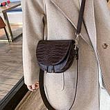 Модная маленькая женская сумка. Сумка седло женская стильная под крокодила. Сумочка полукруглая (коричневая), фото 2