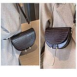 Модная маленькая женская сумка. Сумка седло женская стильная под крокодила. Сумочка полукруглая (коричневая), фото 3