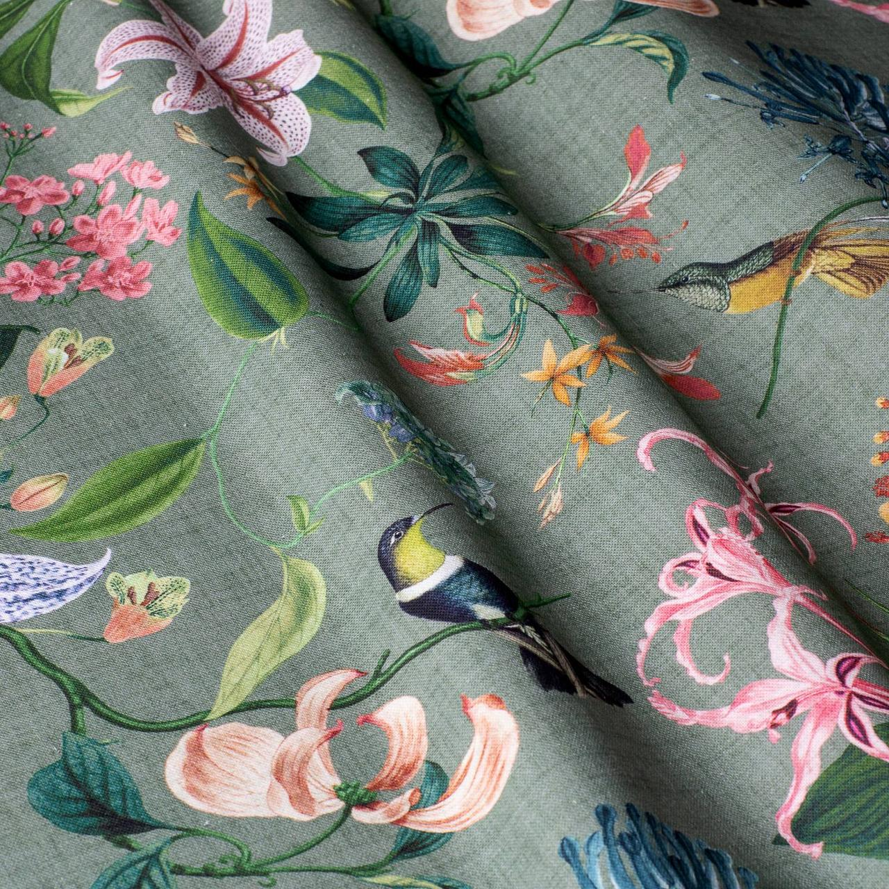 Декоративная ткань с крупными цветными растениями и птицами на зеленом 84295v2