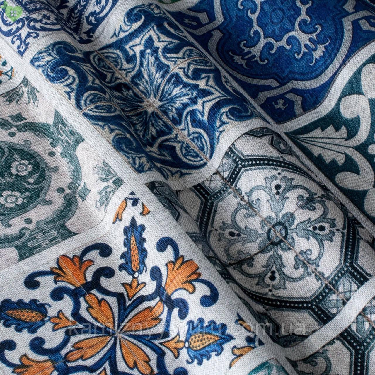 Декоративная ткань с витражной плиткой голубого и синего цвета на сером Испания 82339v1