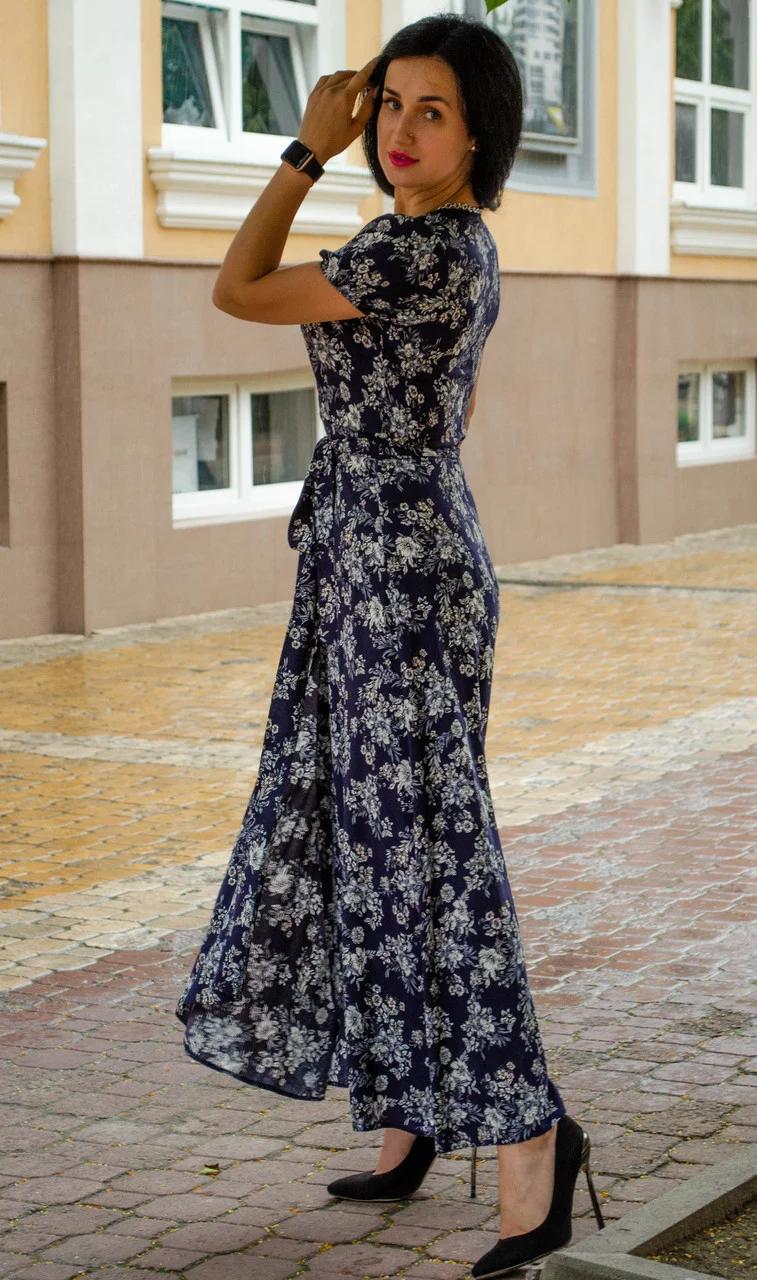Длинное темно-синее женское платье на запах
