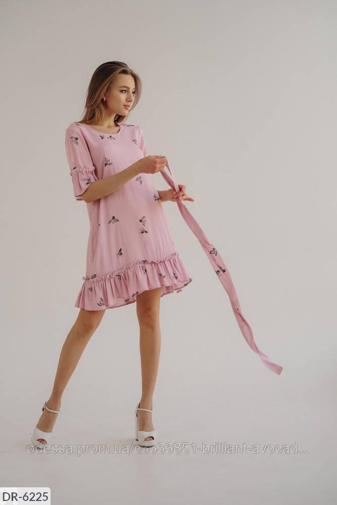 Летнее платье по колено с поясом на талии, оборкой в очень красивых цветах