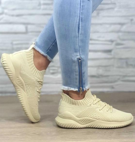 Светлые женские кроссовки на шнуровке