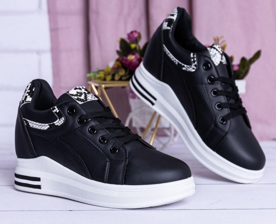 Черные женские кроссовки на танкетке белого цвета
