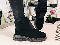 Женские замшевые ботинки под бренд на высокой подошве черного цвета