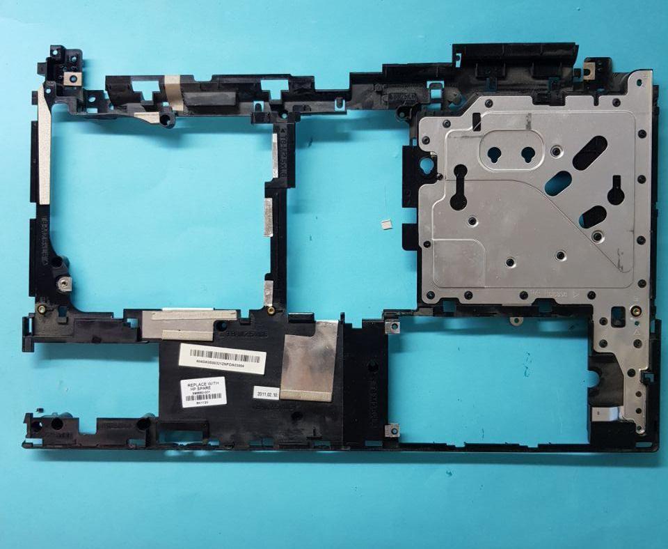 Средняя часть корпуса между низом и верхом пластиковая часть Разборка ноутбука HP 4520S
