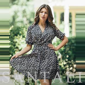 Принтованное леопардовое летнее платье с верхом на запах и расклешенной юбкой 45py1313