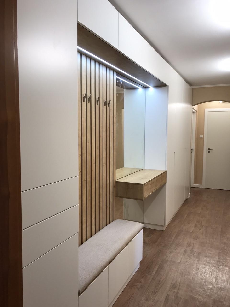 Шкаф в прихожую с мягкой сидушкой, рейками с крючками и зеркалом с подсветкой.
