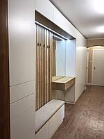 Шкаф в прихожую с мягкой сидушкой, рейками с крючками и зеркалом с подсветкой., фото 1