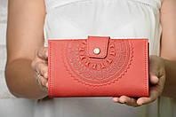 """Кожаный красный кошелек ручной работы с тисненым орнаментом """"Мандала"""", фото 1"""