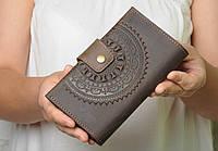 """Кожаный коричневый кошелек ручной работы с тисненым орнаментом """"Мандала"""", фото 1"""