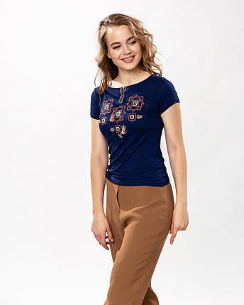 Модная женская футболка с коричневой вышивкой в темно синем цвете «Оберег», фото 2