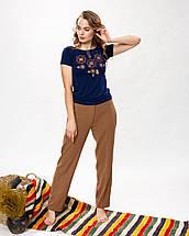 Модная женская футболка с коричневой вышивкой в темно синем цвете «Оберег», фото 3