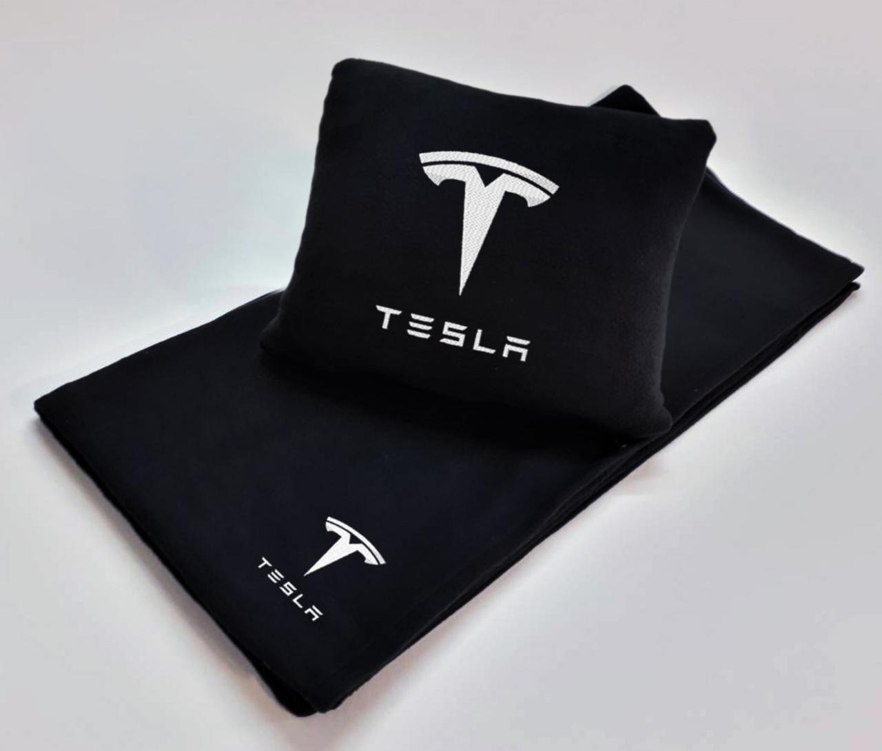 """Автомобильный плед-подушка с вышивкой логотипа """"TESLA"""" цвет на выбор"""