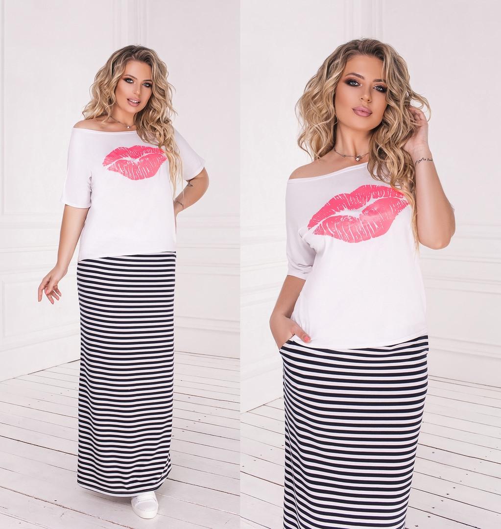 Стильный костюм: юбка в полоску и футболка с принтом
