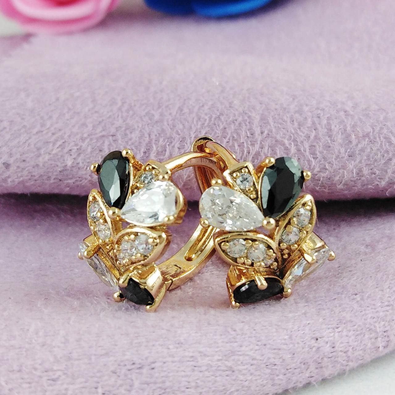 Серьги колечки маленькие Xuping Jewelry Лили черно-белые камни медицинское золото позолота 18К А/В 5805