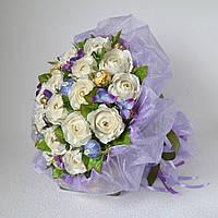Букет з білих троянд і цукерок. Доставка по Харкову.