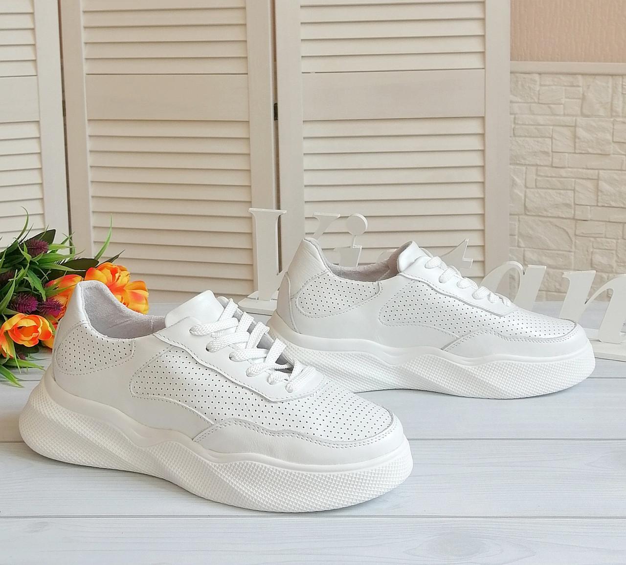 Білі кросівки від виробника