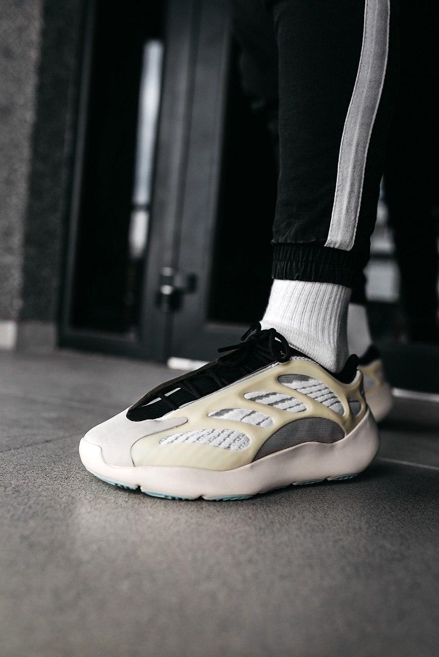 Кроссовки женские Adidas Yeezy 700 V3 Azael