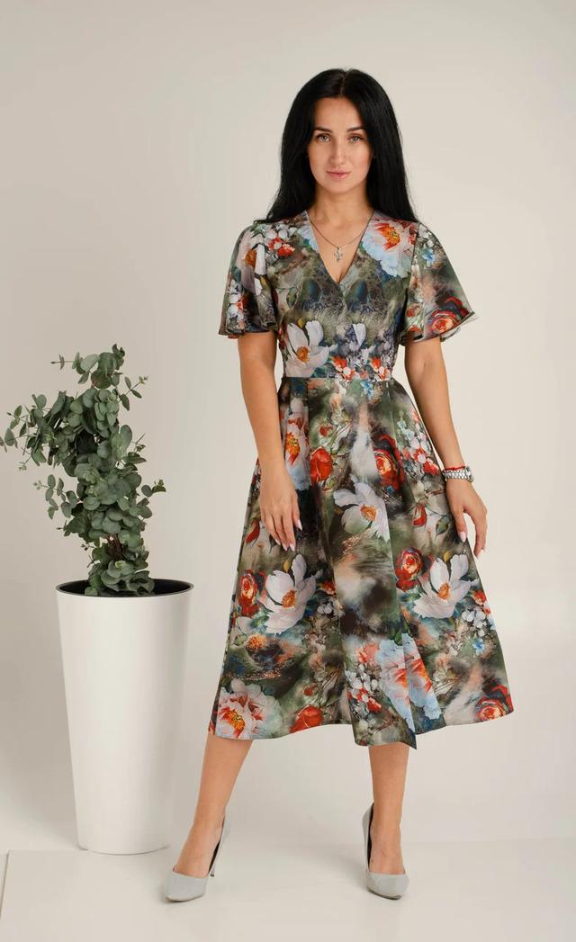 Женское короткое летнее платье прилегающего силуэта на запах