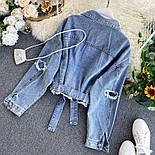 Коротка жіноча джинсова куртка на зав'язці 4801301, фото 2