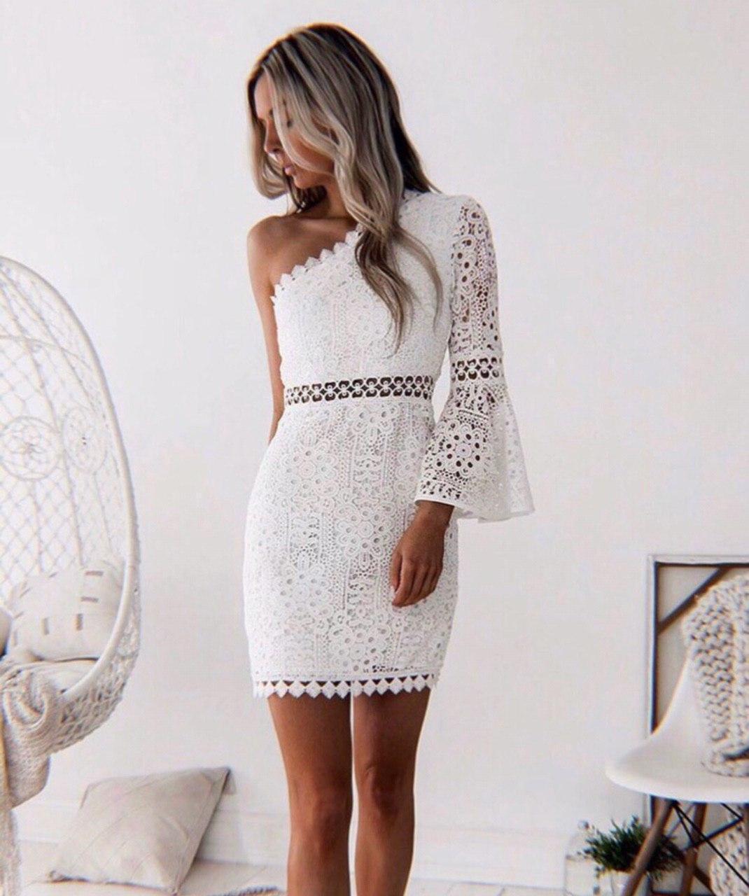 Белое кружевное платье по фигуре с одним расклешенным рукавом 48031359