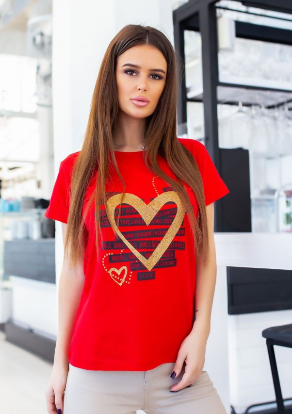 Красная трикотажная футболка с блестящим декором