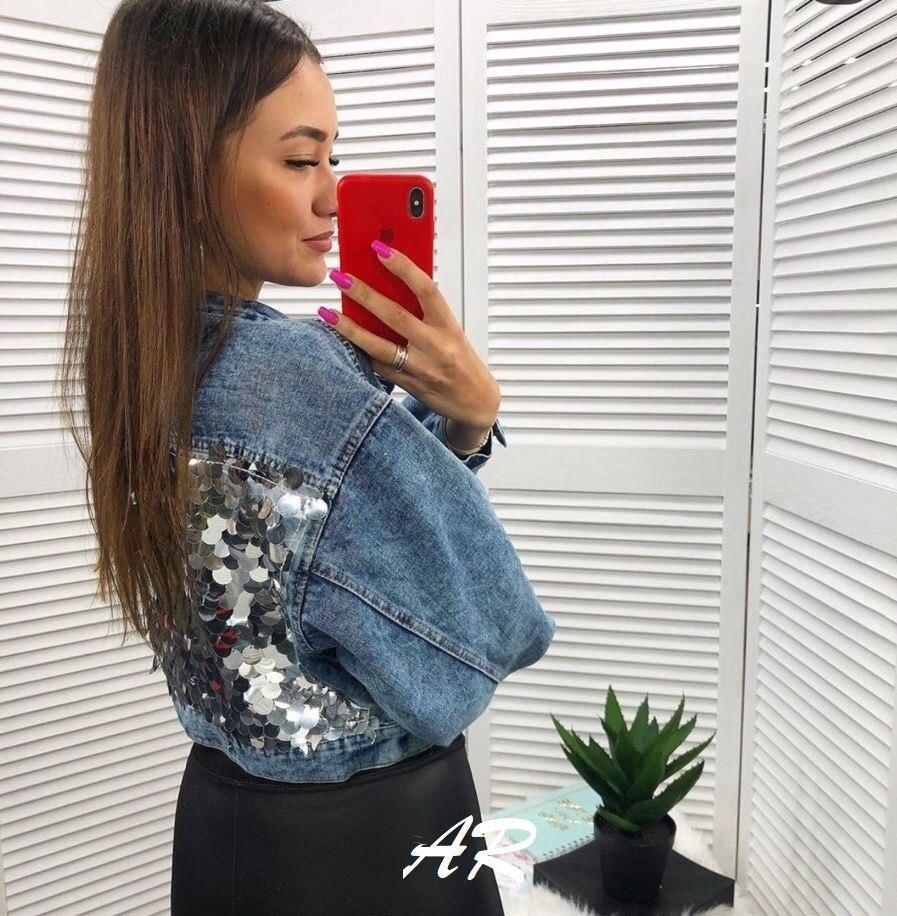 Джинсовая куртка на спине с крупными пайетками