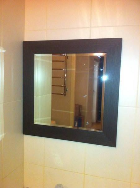 Авторское зеркало в рамке и полки в ванную комнату 45