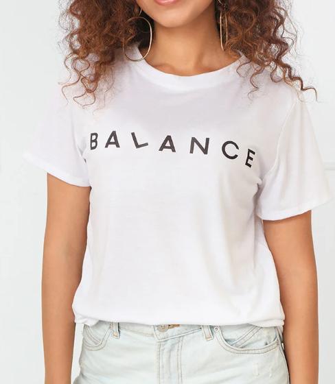 Белая женская футболка с надписью