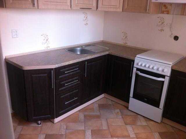 Классическая кухня с фрезеровкой бежево-коричневая 38