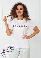 Белая футболка с надписью «Balance»