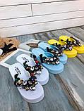 Женские пляжные шлепки с камнями ,на платформе 6 см, голубые, белые, желтые, фото 9