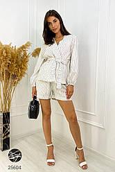 Женский белый льняной костюм с шортами в полоску