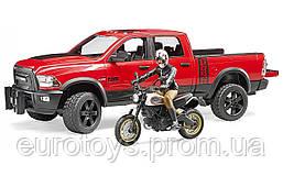 Игрушка Bruder Джип Ram 2500 Power Wagon с мотоциклистом 1:16 (02502)