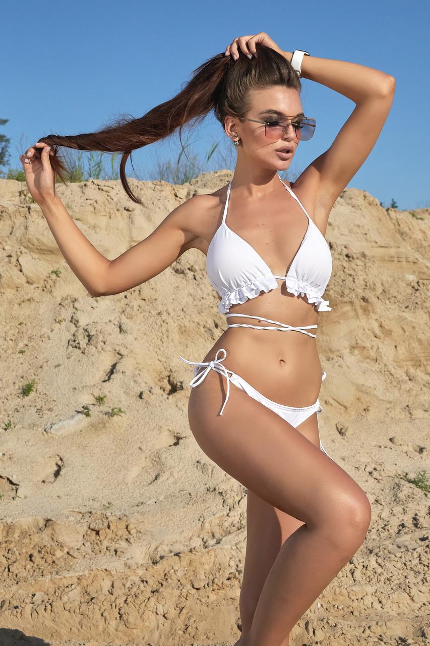 Красивий білий купальник з ліфом шторки