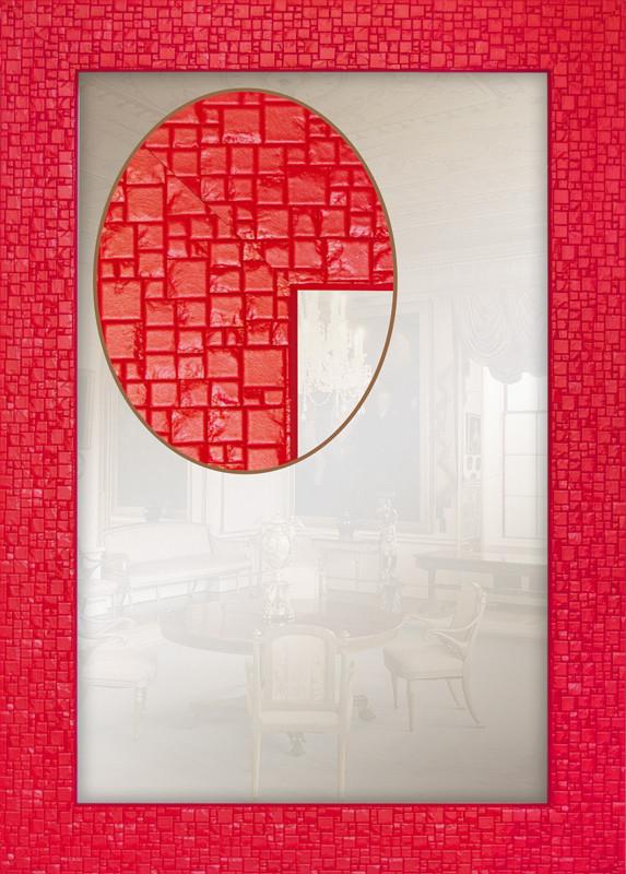 Зеркало в красной раме для ванной