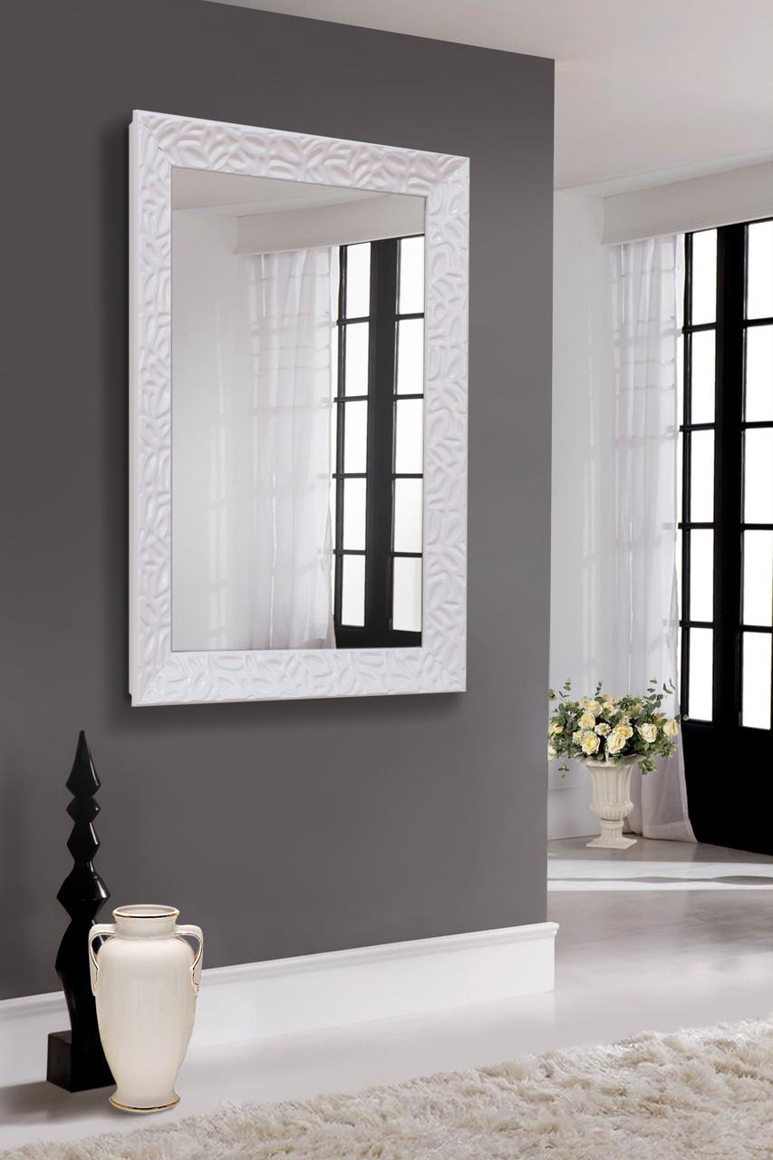Зеркало в блестящей белой раме
