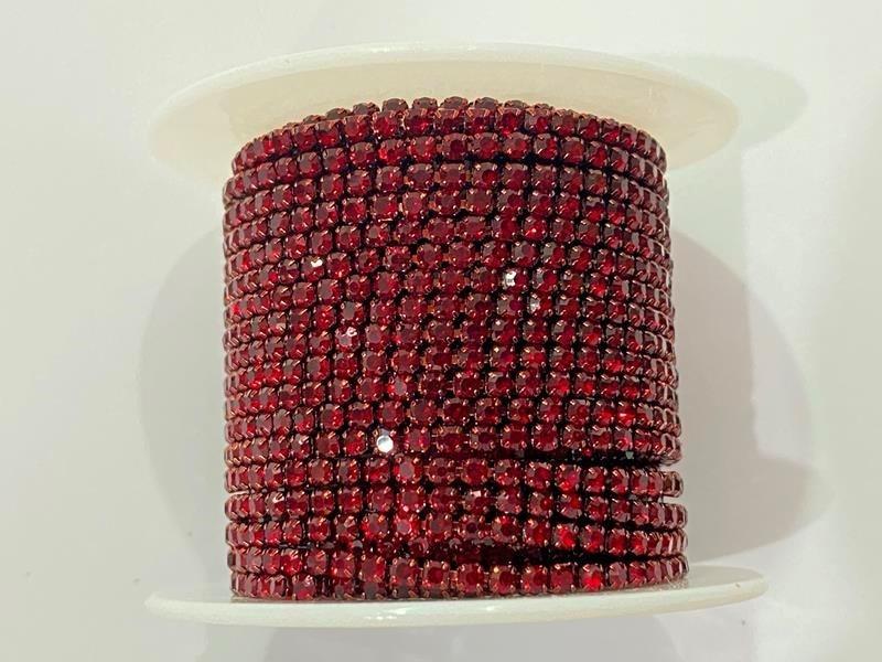 Стразовая цепочка плотная, цвет красный в красной оправе ss6 (2 mm) 1м.