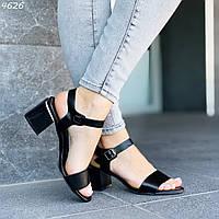 Женские босоножки на невысоком каблуке с черным ремешком 244626