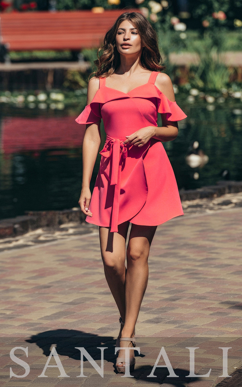 Короткое летнее платье с открытыми плечами и воланами 45py1376