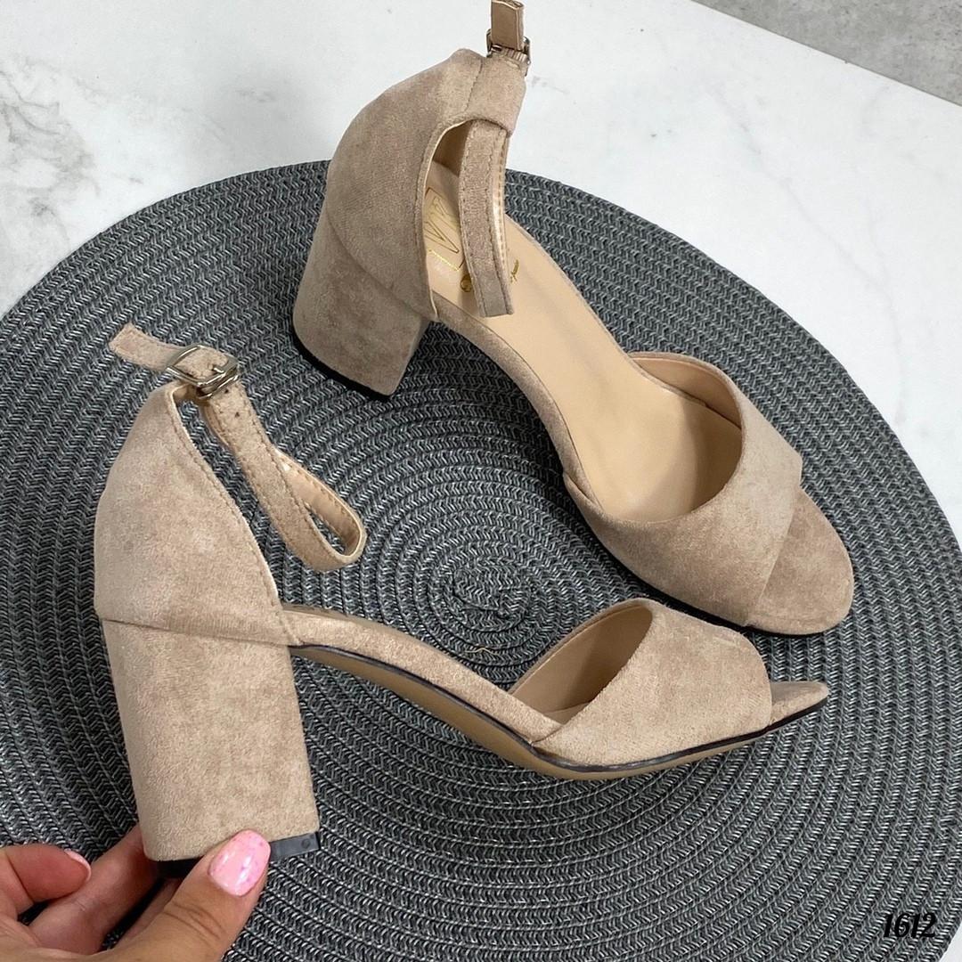 Бежевые замшевые босоножки на каблуке