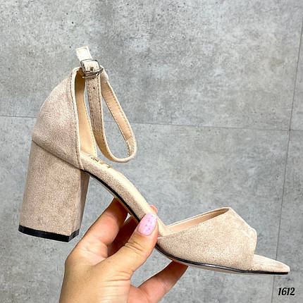 Бежевые замшевые босоножки на каблуке, фото 2