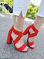 Красные замшевые босоножки на каблуке с переплетом из резинок OY4927
