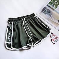 Спортивные короткие зеленые шорты на резинке с лампасами по бокам